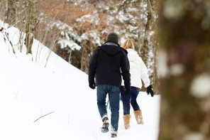 couple hiking in the snow of Gatlinburg Tennessee